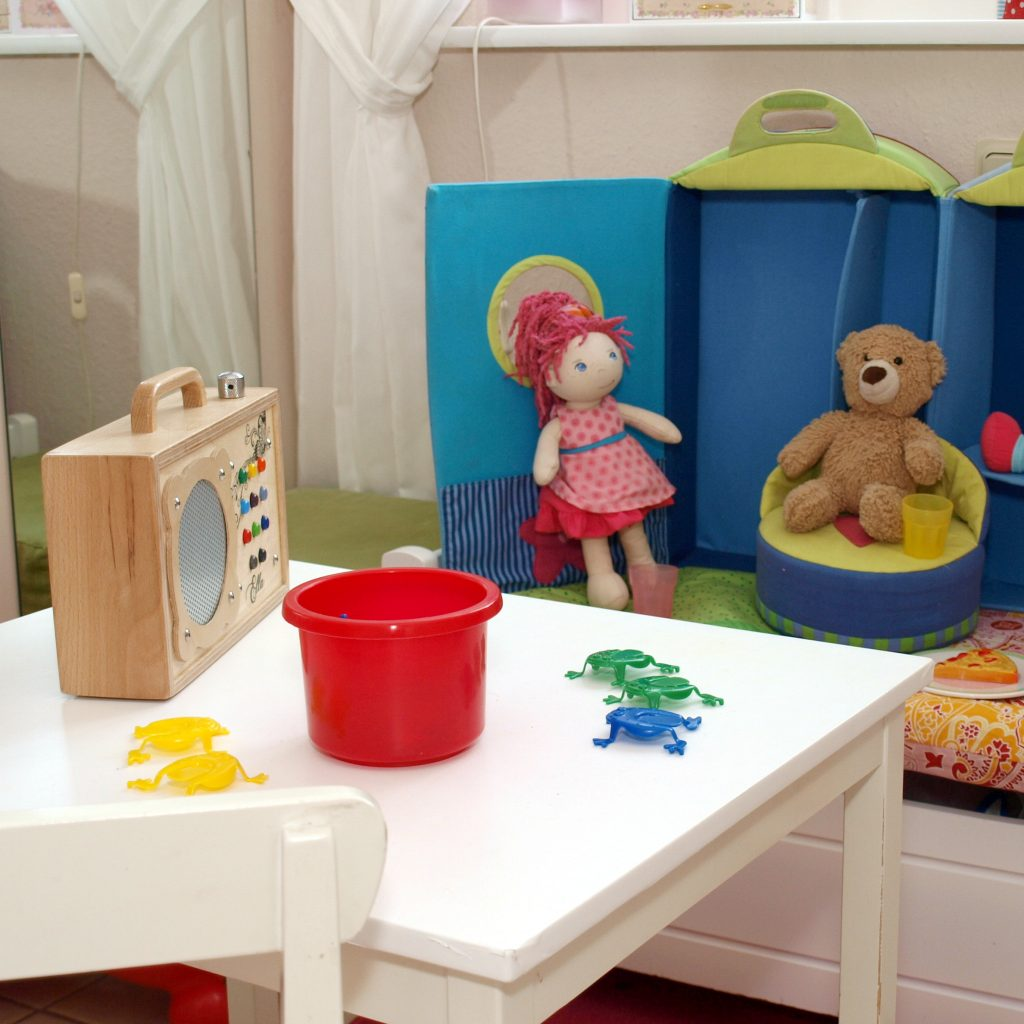 Teddybär und Puppe