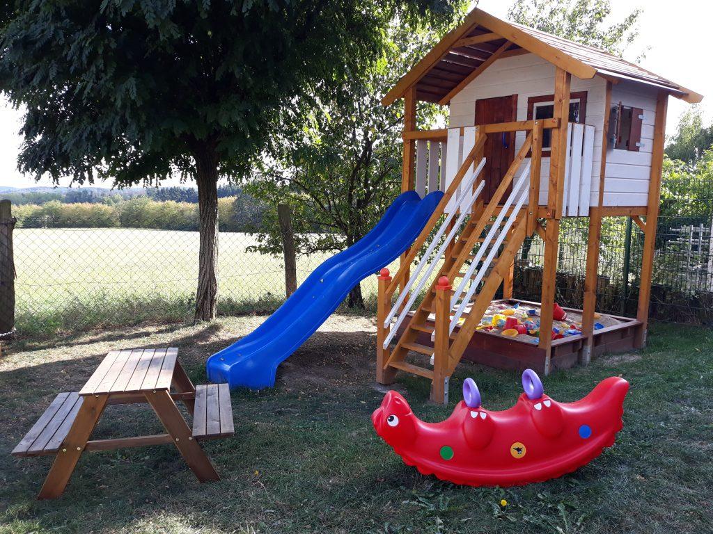 Seit 2019 steht den Tageskindern ein großer Garten mit SPielhaus, Rutsche, großem Sandkasten und Turnstange zur Verfügung